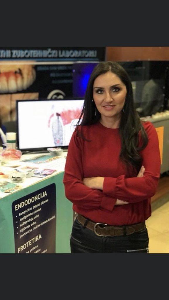 Amela Kadrić-Kadić = dr. stomatologije, spec. oralne hirurgije